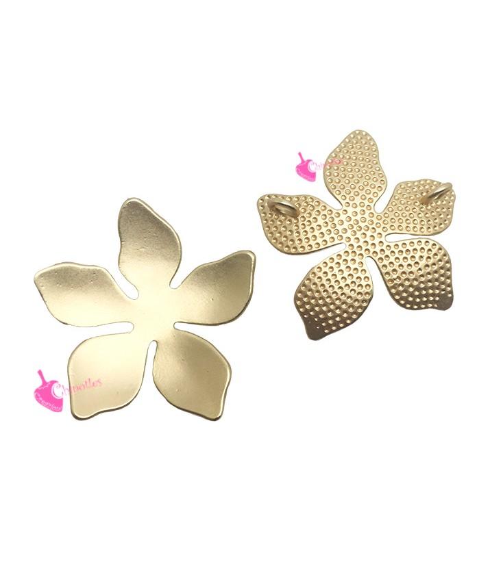 Ciondolo fiore a 5 petali in acciaio con borchia in oro centrale mm 23x14